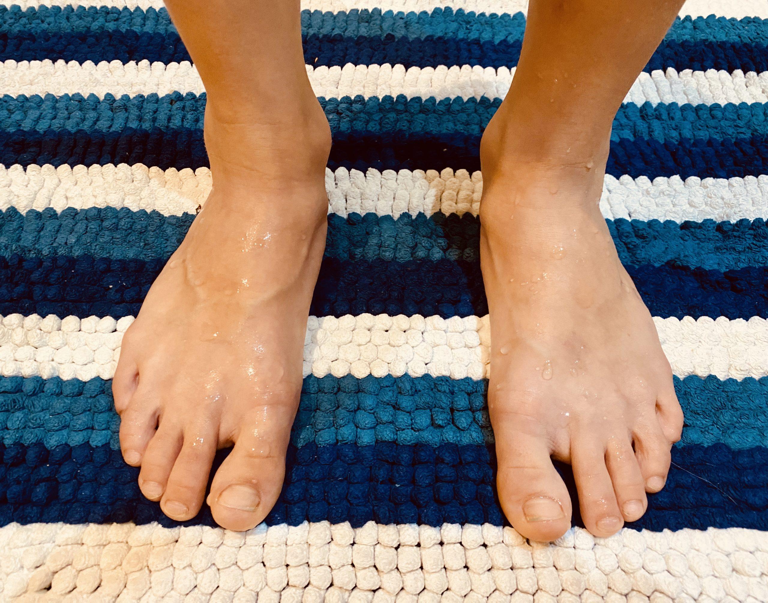 Dedicar 30 segundos al correcto secado de nuestros pies tras la ducha, nos ahorrará días, picores y tratamientos.
